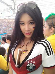 中国乳神樊玲巴西助阵世界杯  盘点那些美女球迷上演胸夹手机