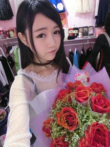 张馨方手捧玫瑰自拍照