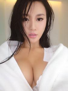 熟女樊玲无节操露胸自拍