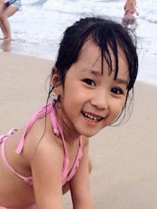 小美女吳聊聊海邊游玩美拍