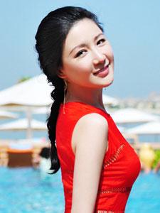 刘梓妍红裙展曼妙身姿