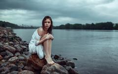 海邊孤寂的唯美女人桌面壁紙
