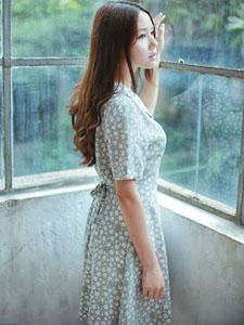 唯美少女体会夏日的宁静