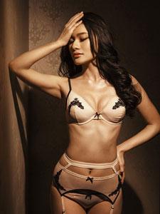 美女模特马冰玉内衣写真秀性感身段