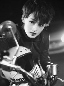 演员李沁酷帅写真 短发上阵变身机车女神