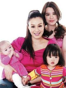 钟丽缇携三个女儿上节目 网友戏称一家都是大美女