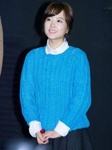 朴宝英蓝色毛衣遮不住的美