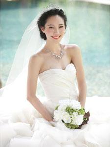 白百何雪白婚纱写真露甜美笑容