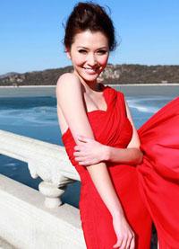 徐洁儿红裙飘逸妩媚动人