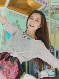 歌手朱婧时尚写真显童趣
