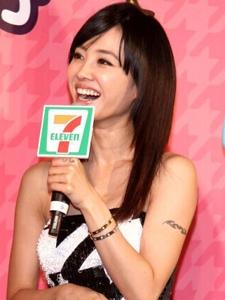 蔡依林超短裙装秀美腿 台北商店代言美图