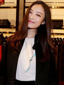 倪妮现身品牌店 黑白搭配简约素雅