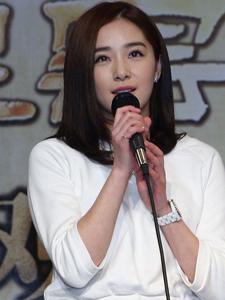阚清子白色连衣裙显清纯