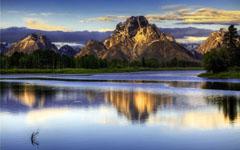 宁静的高山湖泊风景桌面壁纸