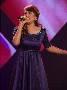茜拉紫色连衣裙展现舞台狂野