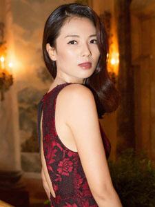 刘涛亮相纽约时装周 风姿绰约性感迷人