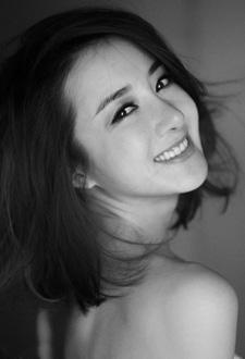 李依晓黑白写真清新淡雅又性感撩人