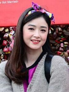 蒋欣赴韩国旅行行写照