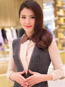 刘涛波点黑色长裙出席活动 优雅大气范十足