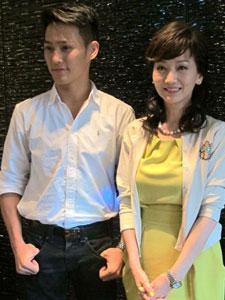 赵雅芝与爱子首次登台 被赞母子似姐弟