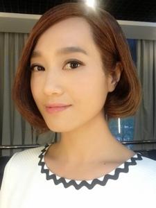短发美女朱丹自拍照