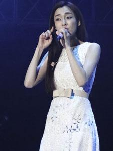 范玮琪白色连衣裙显性感