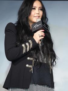张惠妹一身黑衣体态丰腴