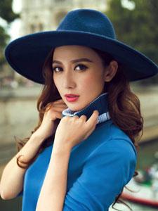 张萌巴黎街头时尚写真 蓝色上衣印花裙美极了