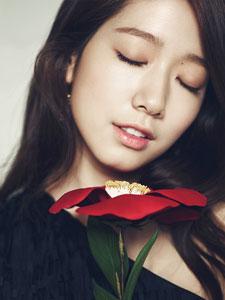 朴信惠时尚杂志写真 手捧花朵唯美迷人