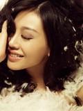 巩新亮最新浴室写真 羽毛遮身诠释女性美美图