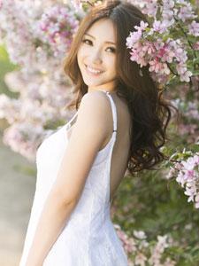 柳岩唯美花海写真 深V白裙美丽动人