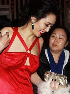 47岁女星孟广美大秀酥胸性感撩人