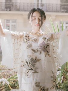 张馨予身穿薄纱短裙皮肤白晰面容姣好