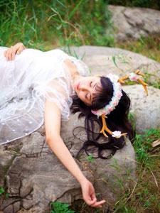 戚蓝尹身穿白色婚纱与大自然亲密接触美照