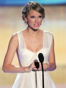 美国乡村音乐女歌手泰勒·斯威夫特出席TCA颁奖晚会