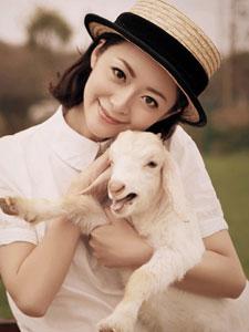 许榕真怀抱小羊甜美迷人