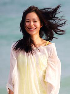 江一燕恋情男友曝光 素颜海滩写真尽显幸福小女人