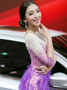 车模曹阳化身美丽紫孔雀