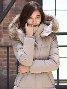 金荷娜冬季时尚写真 羽绒服穿出窈窕曲线