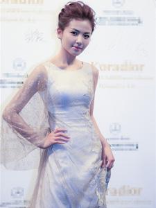 刘涛金色蕾丝长裙亮相尽显女神范