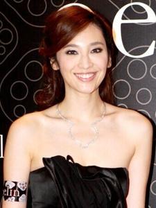 吴佩慈出席活动 黑色低胸晚礼服身材尽显_美图
