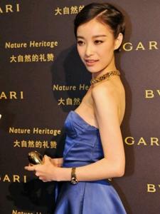 倪妮出席南京宝格丽艺术展 宝蓝色抹胸裙显优雅