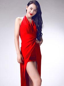 吴丹红裙美艳写真 身材高挑露美腿