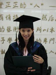 赵霁毕业照显青涩