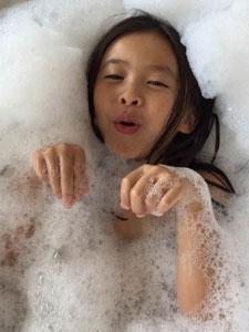 刘涛女儿长发披肩浴缸照 被赞越发美丽了