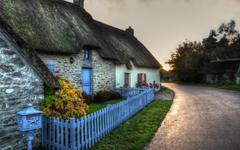 夕阳下宁静祥和的小屋