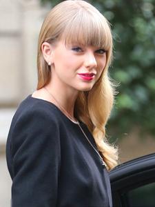 泰勒·斯威夫特新专辑亮相巴黎 古典黑裙红唇回眸倾城