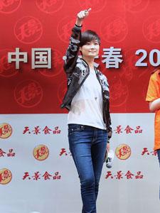 李宇春透明薄纱装出席活动