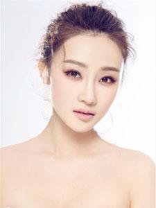 林鹏纯白写真大片 迷人微笑融化寒冬