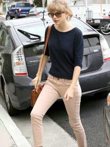 泰勒·斯威夫特藏青上衣紧身裤秀完美身材